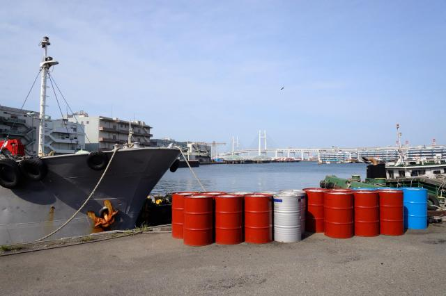 港とドラム缶(画像はイメージです)