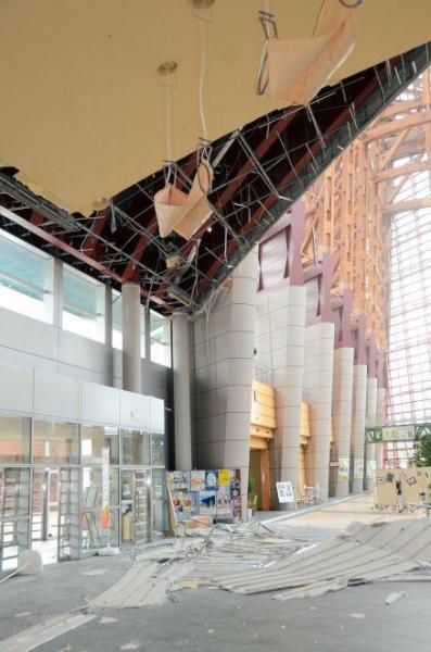 天井の一部が崩落した商業施設・倉吉未来中心=21日、倉吉市
