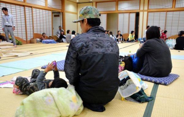 避難所に身を寄せる人たち=21日、鳥取県湯梨浜町の「ハワイアロハホール」、横山翼撮影