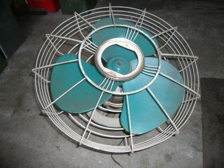 線路だけでなく、車内で使われていた扇風機なども販売される