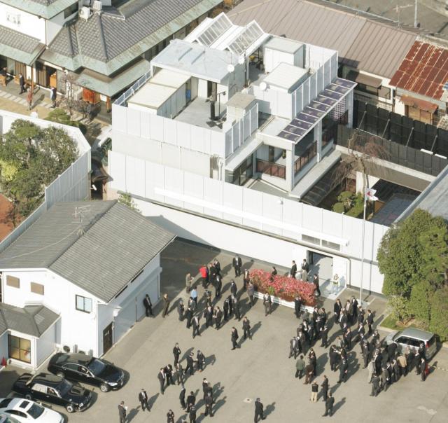 神戸市の山口組総本部を捜索する大阪府警の捜査員たち(2006年)