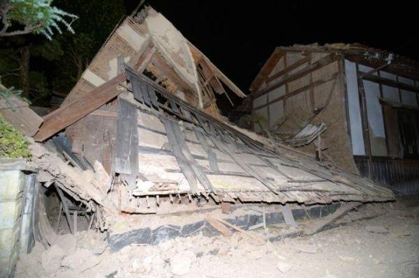 地震の揺れで崩れ落ちた土蔵=21日午後6時56分、鳥取県北栄町、小玉重隆撮影