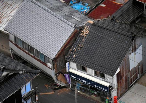 1階がつぶれた家屋=21日午後5時1分、鳥取県北栄町、井手さゆり撮影