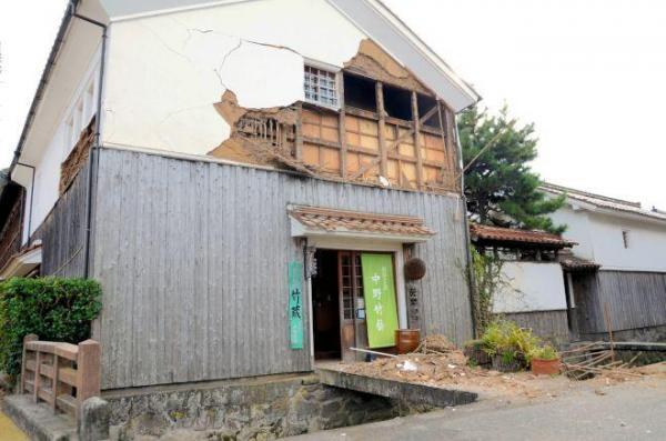 白壁土蔵群の建物でも白壁がはがれ、瓦が落ちる被害が出た=21日、倉吉市