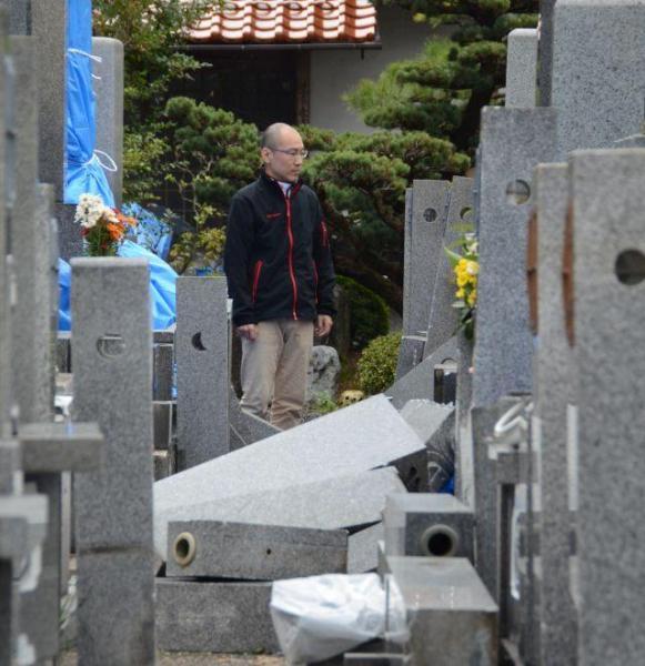鳥取県倉吉市の妙寂寺では、境内の墓石や灯籠の多くが倒れ、手が着かない状態が続く=28日午前10時43分、鳥取県倉吉市、柏樹利弘撮影