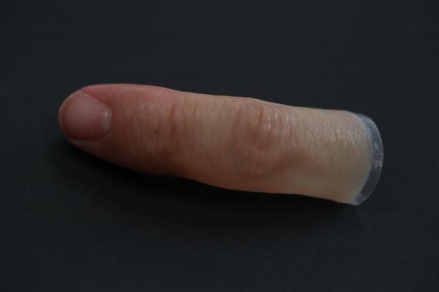 小指の「義指」。愛和義肢製作所の林伸太郎さん作成