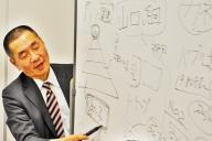 ヤクザの資金源について解説する朝日新聞東京社会部の緒方健二記者