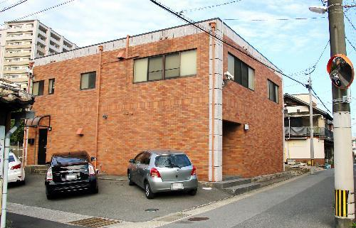 住宅街の一角にある道仁会の本部事務所。入り口付近には監視カメラも取り付けられていた=2016年8月27日、福岡県久留米市(車のナンバーにモザイクをかけています)
