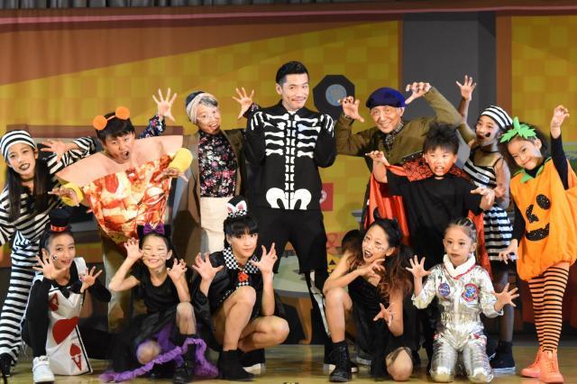 キッズダンサーたちとテーマソング「Trick or Treat」を披露したZeebraさん=渋谷区立広尾中学校