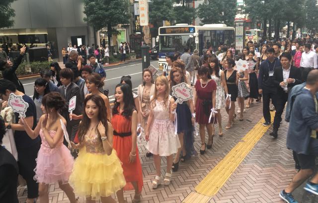 オフハロ本番に先駆けて行われたパレード=10月8日、渋谷