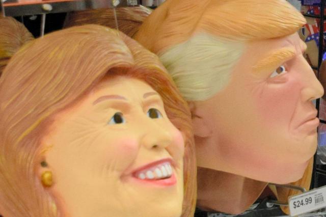 クリントン、トランプ両氏のマスクが並べられた店=2016年10月24日、ニューヨーク、杉崎慎弥撮影