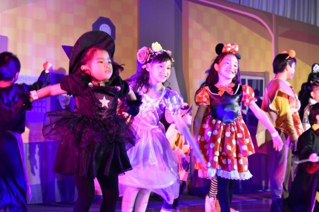 ハロウィンパーティーで踊る子どもたち=渋谷区立広尾中学校