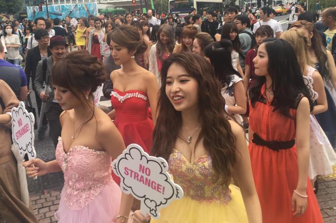 オフハロウィンの本番に先駆けて行われたパレード=東京・渋谷