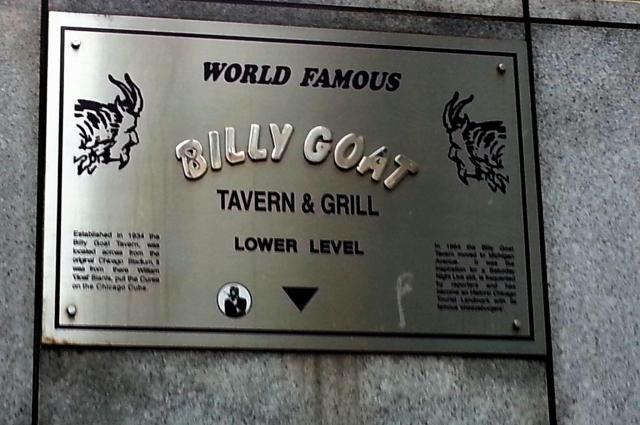 ノース・ミシガン・アベニューにあるこの標識がある階段を下がっていくと居酒屋「ビリー・ゴート・タバーン」がある