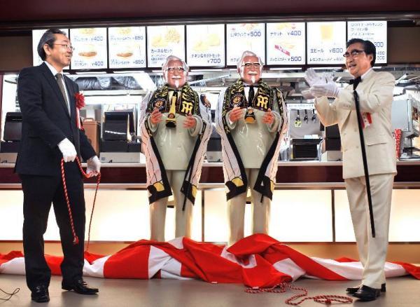 初披露された阪神甲子園球場に出店するKFCの店頭に置かれるカーネル・サンダース人形=2008年3月17日