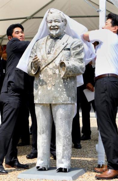 修復を終えて神事に参加するカーネル・サンダース像=2009年6月25日