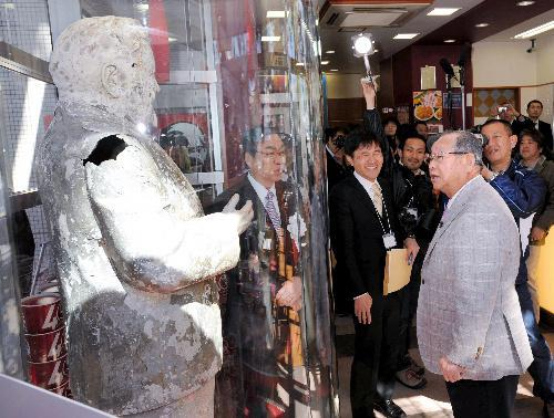 公開されたカーネル・サンダース人形と対面した吉田義男・元阪神監督(右)=2010年3月19日、兵庫県西宮市、飯塚晋一撮影