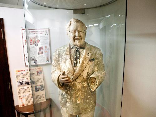 東京都渋谷区の日本KFCホールディングス本社に展示されているカーネル・サンダース人形=2014年10月20日、同社提供