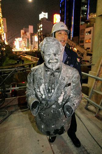 道頓堀川から見つかったときのカーネル・サンダース人形=2009年3月10日、大阪市中央区、高橋正徳撮影