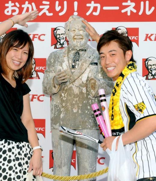 24年ぶりに道頓堀川で見つかったカーネル・サンダース人形が阪神甲子園球場に設置された。85年、阪神がリーグ優勝した時に川に投げ込まれた=2009年9月9日、兵庫県西宮市