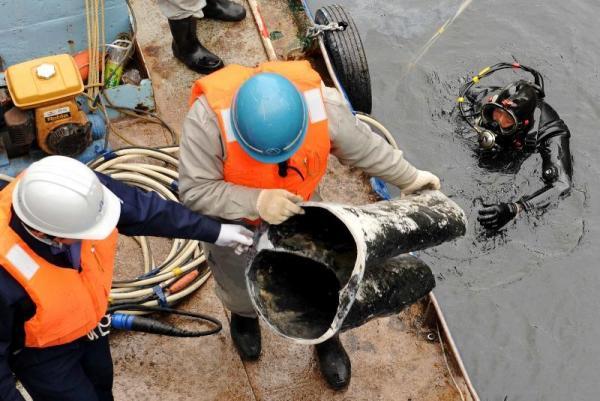 道頓堀川から引き揚げられたカーネル・サンダース像の下半身=2009年3月11日、大阪市中央区