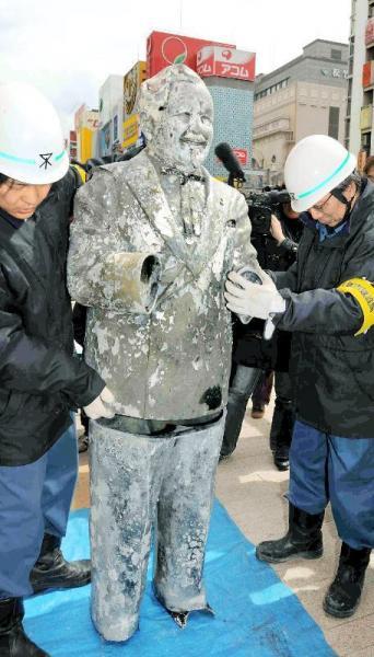 10日に見つかったカーネル・サンダース像の上半身に、新たに引き揚げられた下半身が合体された=2009年3月11日