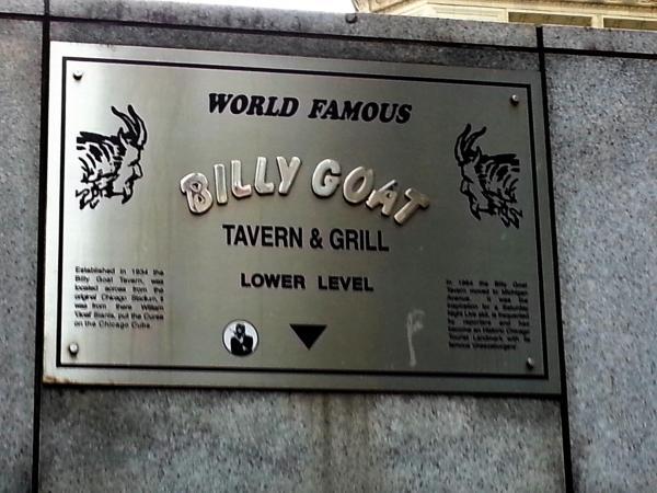 ミシガン・アベニューにあるこの標識がある階段を下がっていくと居酒屋「ビリー・ゴート・タバーン」がある