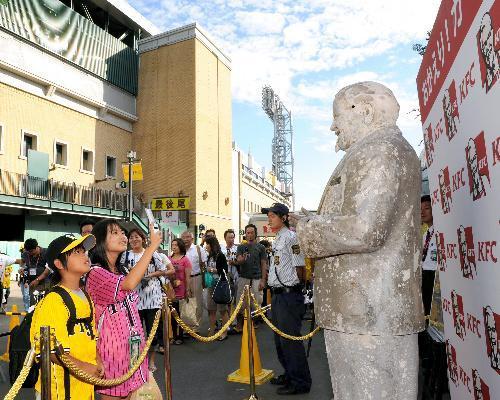 道頓堀川で見つかったカーネル・サンダース人形が阪神甲子園球場に設置された=2009年9月9日、兵庫県西宮市、山本裕之撮影