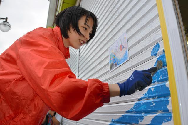 あまちゃんのロケ地だった岩手県久慈市を訪れ、台風10号で被災した街を元気づけるシャッターアートの企画に参加したのんさん