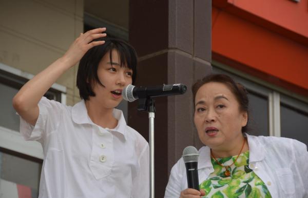 台風10号で被災した岩手県久慈市を訪れ、市民やファンに励ましのあいさつをするのんさん(左)と渡辺えりさん=2016年9月