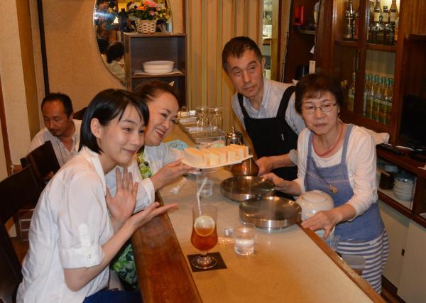 台風10号で被災したあまちゃんに登場する喫茶店のモデル「喫茶モカ」の再出発を喜ぶのんさん、渡辺えりさんら(左から)=2016年9月