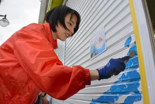 あまちゃんのロケ地だった岩手県久慈市を訪れ、台風10号で被災した街を元気づけるシャッターアートの企画に参加したのんさん=2016年9月