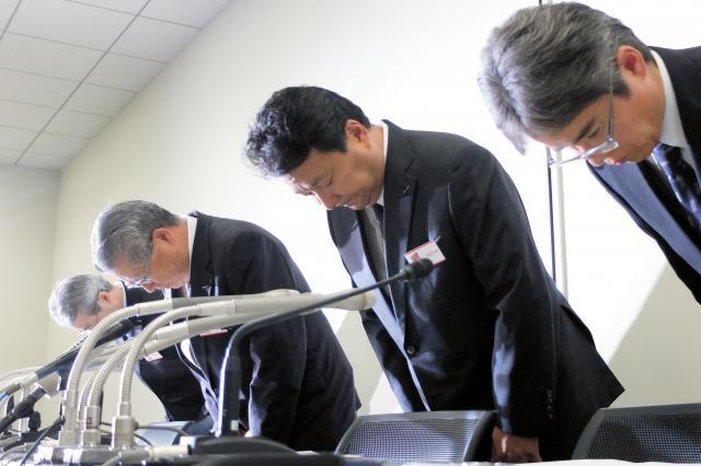 ネット広告不正で謝罪する電通の中本祥一副社長(左から2人目)ら=2016年9月23日