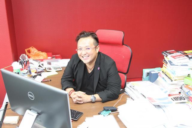 赤一色のオフィス。強烈なキャラクターの加藤さん