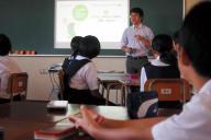 ネットでのコミュニケーションの取り方について教える中学校での授業