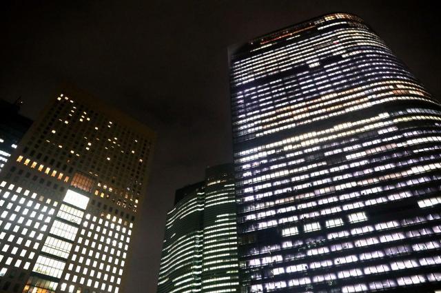 東京・汐留にある電通本社ビル(右)