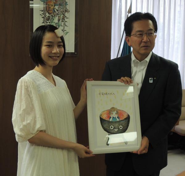 岩手県の達増拓也知事(右)に自作のそばっちの絵を贈ったのんさん=2016年8月