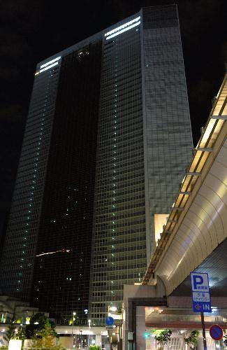 オフィスの明かりが消えた電通本社ビル=2016年10月24日、東京都港区、角野貴之撮影