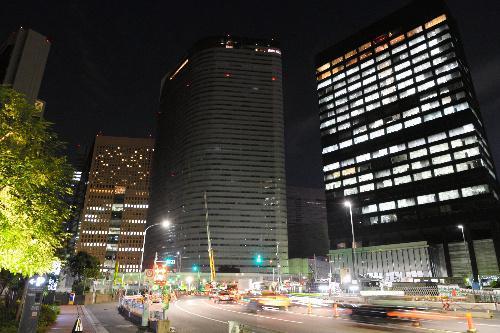 オフィスの電気が消えた電通本社ビル(中央)=2016年10月24日、東京都港区