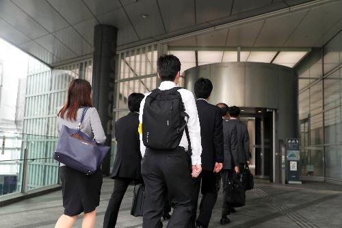 電通本社ビルに入る労働基準監督署の監督官ら=2016年10月14日、東京都港区、金川雄策撮影