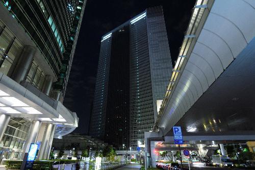 オフィスの明かりが消えた電通本社ビル(中央)=2016年10月25日、東京都港区、角野貴之撮影