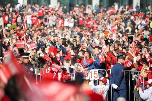パレードをする広島カープの選手らに声援を送るファン=5日午前、広島市中区、上田幸一撮影