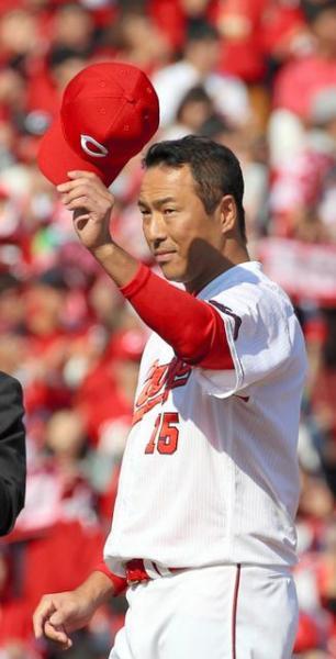 優勝報告会で、ファンに心境を語り帽子を脱ぐ黒田=5日午後1時5分、広島市のマツダスタジアム、上田幸一撮影