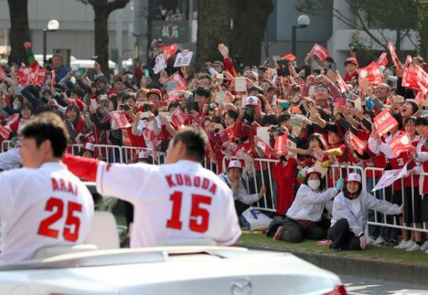 平和大通りをパレードする黒田と新井に手を振る広島カープのファン=5日午前、広島市中区、上田潤撮影.jpg