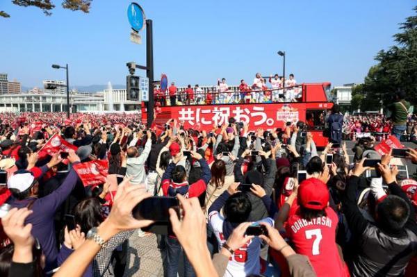 平和大通りをパレードする広島カープの選手たち=5日午前、広島市中区、上田幸一撮影