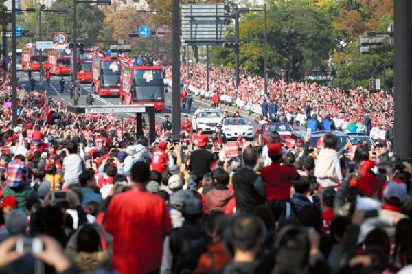 平和大通りをパレードする広島の選手たち=5日午前、広島市中区、上田幸一撮影