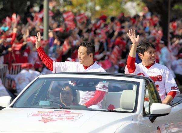 25年ぶりのリーグ優勝を祝い、平和大通りをパレードする広島の黒田(左)と新井=5日午前、広島市中区、上田潤撮影