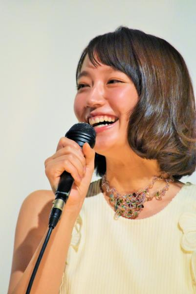 初主演映画「ハッピーウエディング」の舞台あいさつで、撮影の思い出を話す吉岡里帆さん