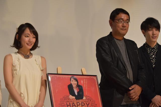 片島監督(中央)や他の出演者と舞台あいさつをする吉岡里帆さん