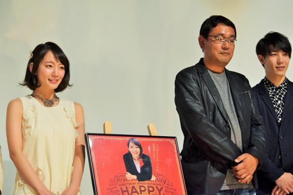 片島章三監督(中央)や他の出演者と舞台あいさつをする吉岡里帆さん